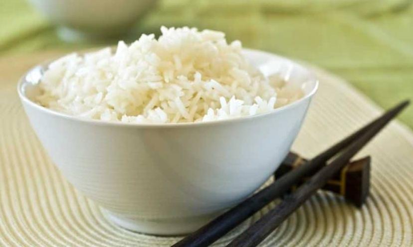 Koka ris med en riskokare.